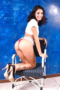 Magnetizing Latina Cardina Impales Her Smooth Muff On A Giant Cock While She Licks On A Hose